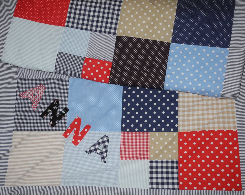 kuschelige patchworkdecke gro e quadrate mit namen gef ttert farbwahl blau grau rot gr n. Black Bedroom Furniture Sets. Home Design Ideas
